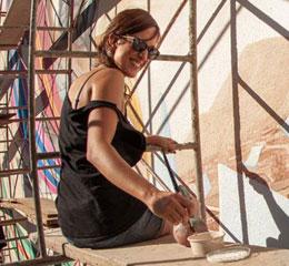 """Phd in Diritto Internazionale e specializzata in cooperazione, ha collaborato con differenti organizzazioni governative e non. Dal 2013 si dedica alla gestione culturale ed è Coordinatrice dell'area di Arti Visive presso lo spazio Proyecto mARTadero """"Arte e cultura per il cambio sociale"""", a Cochabamba, Bolivia. E' responsabile di alcuni dei progetti artistici di maggiore impatto in Bolivia come la Biennale di Arte Urbano (dal 2013 al 2017) e il CONART – Arte Contemporanea (dal 2014 al 2018), oltre ad avere portato avanti differenti iniziative di riqualificazione urbana in differenti settori della città di Cochabamba, principalmente nell'ambito di progetti di cooperazione. Tra le proprie funzioni coordina anche il programma di residenze artistiche, grazie al quale ha consolidato vincoli tra proyecto mARTadero e differenti organizzazioni internazionali generando possibilità di scambi come il Servizio Civile Internazionale e differenti borse e premi per artisti emergenti."""